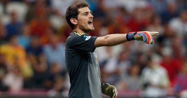 El capitán de la selección española Iker Casillas da órdenes a sus defensas durante un encuentro de la Eurocopa 2012.