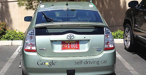 """Este es el aspecto del Google Car con su matrícula roja de """"vehículo autónomo"""" ya instalada"""