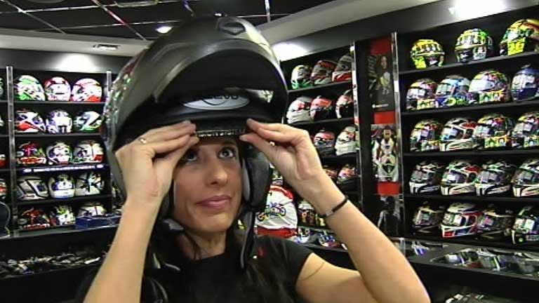 Una empresa inglesa inventa un casco con retrovisor incorporado