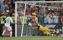 Casillas detiene el penalti a Joao Moutinho en la semifinal España-Portugal de la Eurocopa 2012.