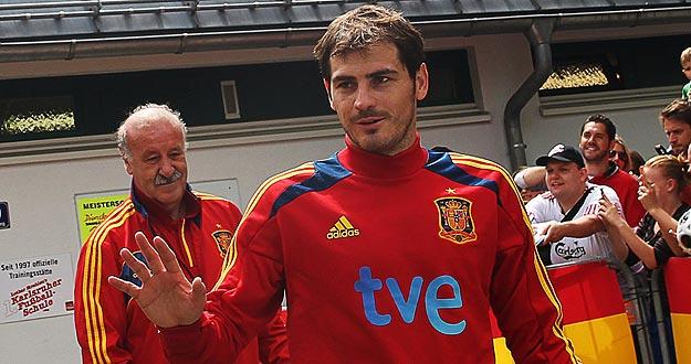 Casillas junto a Vicente del Bosque antes de empezar una sesión de trabajo de la selección española.
