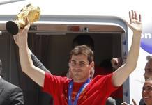 Íker Casillas levanta el trofeo nada más salir del avión