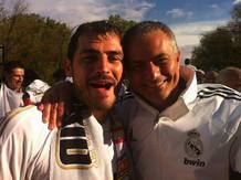 El portero del Real Madrid, Iker Casillas, junto al entrenador, Jose Mourinho, sonríen a la cámara para disipar dudas sobre su relación personal