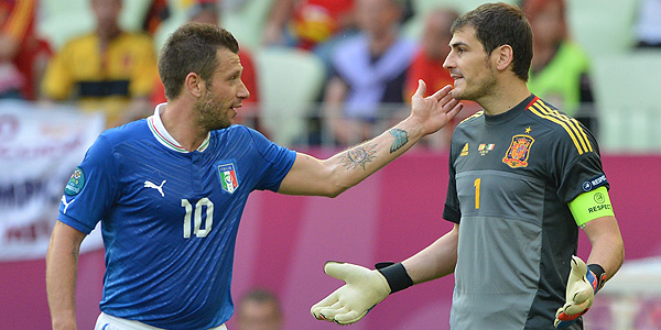 Cassano se disculpa con Casillas en un lance del partido.