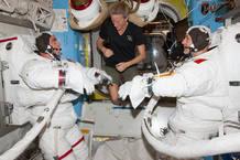 Cassidy (a la izquierda) y Parmitano preparándose para el paseo espacial con la ayuda de Karen N. Nyberg