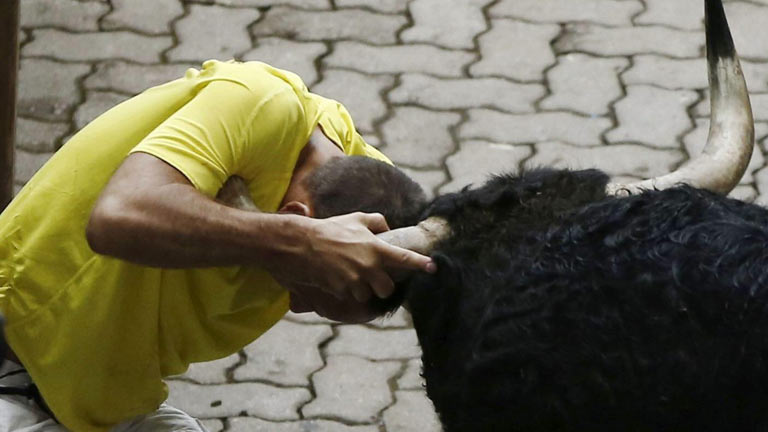Un catalán ha sufrido una cogida a la entrada del callejón en el sexto encierro de San Fermín 2013