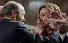 El nuevo secretario general del PSOE, Alfredo Pérez Rubalcaba, saluda a Carme Chacón
