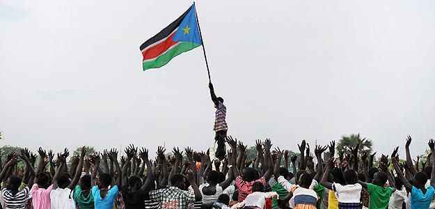 Niños de Sudán del Sur interpretando su danza tradicional como parte de las celebraciones de la independencia