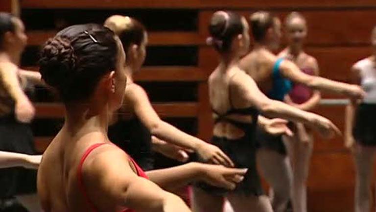 Un centenar de bailarines aprenden en Barcelona de las primeras figuras mundiales