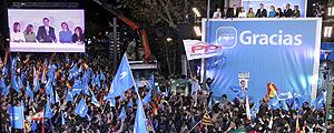 """Centenares de personas celebran la victoria del PP: """"Tú sí que vales"""""""