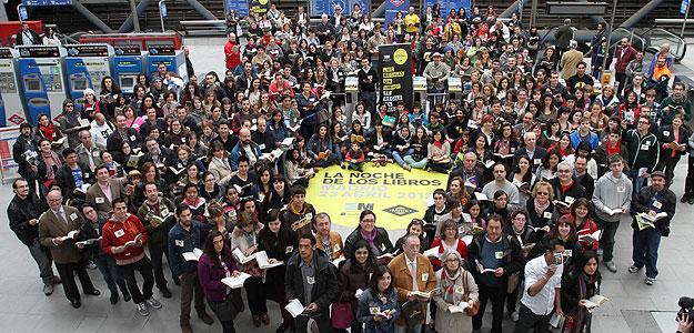 Centenares de personas participan en el I Récord de Lectores en la estación de Metro de Príncipe Pío