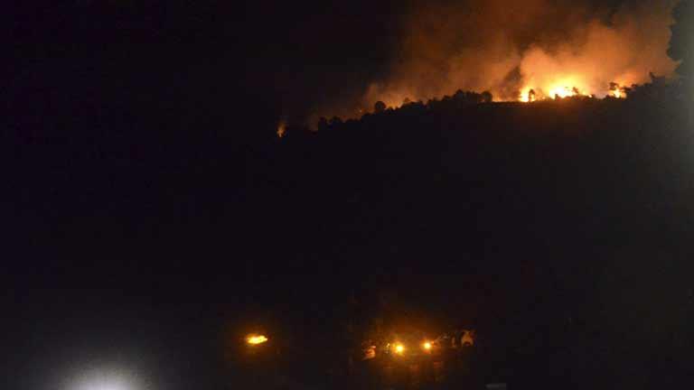 Cerca de 150 desalojados por un incendio en Las Hurdes, Cáceres