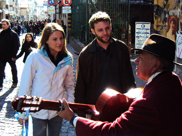 Cerca de San Telmo, el Gardelito lleva cantando toda su vida las canciones de Gardel