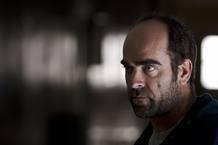 César (Luis Tosar) trabaja como portero en un edificio de viviendas. Aparentemente, lleva una vida normal. Sin embargo, su control sobre las vidas de los inquilinos es un arma de doble filo.