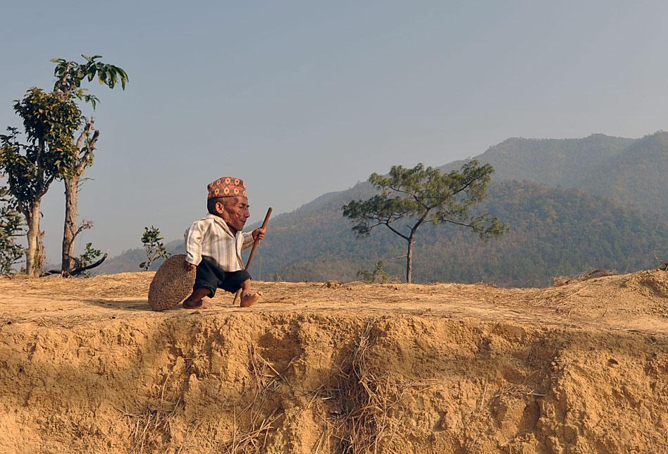 Chandra Bahadur Dangi reclama, a sus 72 años, ser el habitante más bajo de la tierra, con sus 56 centímetros de altura. Este hombre nepalí vive a unos 540 kilómetros al suroeste de Katmandú.
