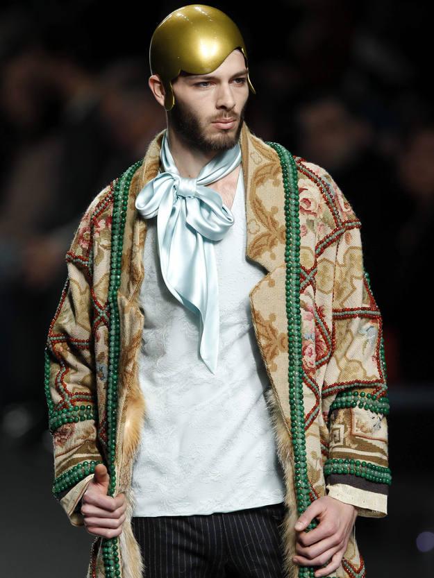 Chaquetas y abrigos tipo capa realizados con tela de alfombra de lana con estampado floral, pesado y con volumen,