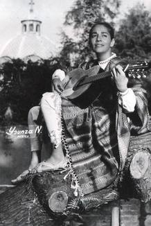 Chavela Vargas junto a su guitarra