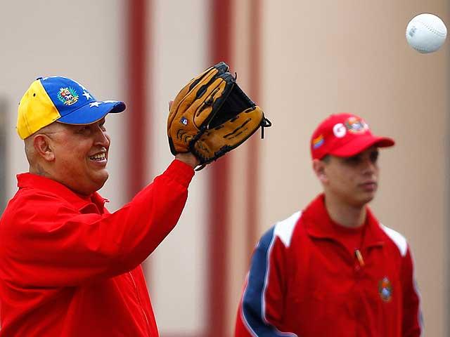 Chávez juega al béisbol en televisión para acallar los rumores sobre su salud