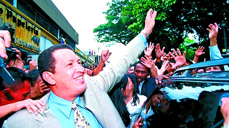Chávez logra ascender al poder en Venezuela en 1998