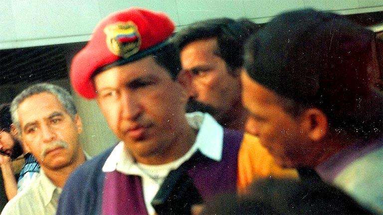Chávez sale de la cárcel en 1994 tras ser indultado
