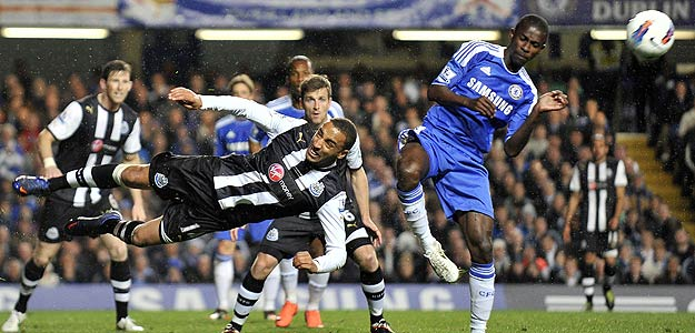 James Perch (i) del Newcastle United lucha por el balón con Ramires (d) del Chelsea.
