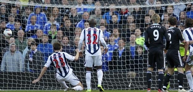 Gareth McAuley anota para el West Bromwich ante la mirada del español Fernando Torres, del Chelsea
