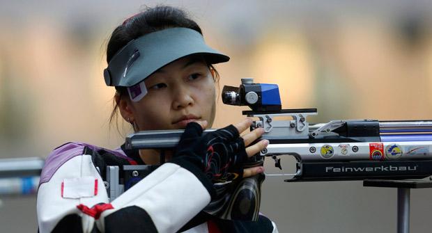 La tiradora Yi Siling, ganadora de la primera medalla de oro.