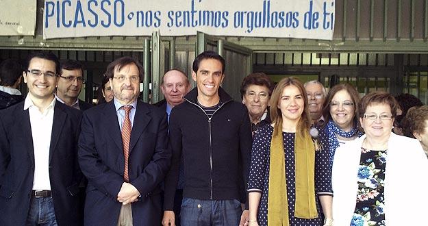 """El ciclista español Alberto Contador (c), en el instituto público de Pinto """"Pablo Picasso"""", donde dieron un emotivo homenaje a su antiguo estudiante más ilustre."""