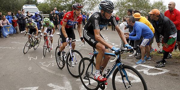 Los ciclistas británicos del Sky, Christopher Froome (d) y Bradley Wiggins en L'Angliru.