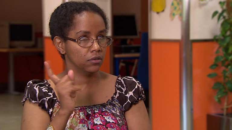 Gennet es la primera persona sordociega en aprobar una carrera universitaria en España