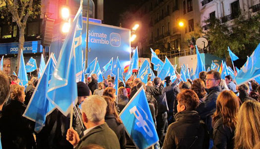 Cientos de personas han celebrado la victoria del PP en la calle G&eacute;nova.