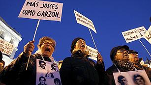 Ver vídeo  'Cientos de personas se concentran en Madrid en contra de la condena a Garzón'