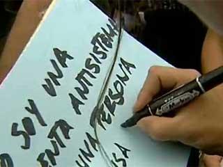 Ver v?deo  'Cientos de personas se concentran en la Puerta del Sol, convocadas por el movimiento 15-M, a pesar de la prohibición'