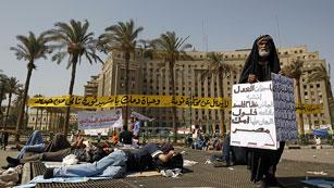 Ver vídeo  'Cientos de personas siguen protestando en Tahrir por la sentencia a Mubarak'