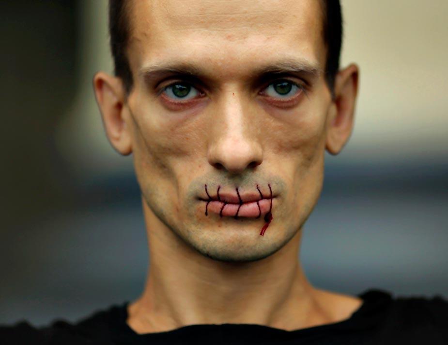 Cientos de seguidores de Pussy Riots se movilizaron en contra de la condena a dos años de prisión contra las integrantes del grupo por un acto de 'irreverente' en la catedral de San Petersburgo. REUTERS/Trend Photo Agency/Handout