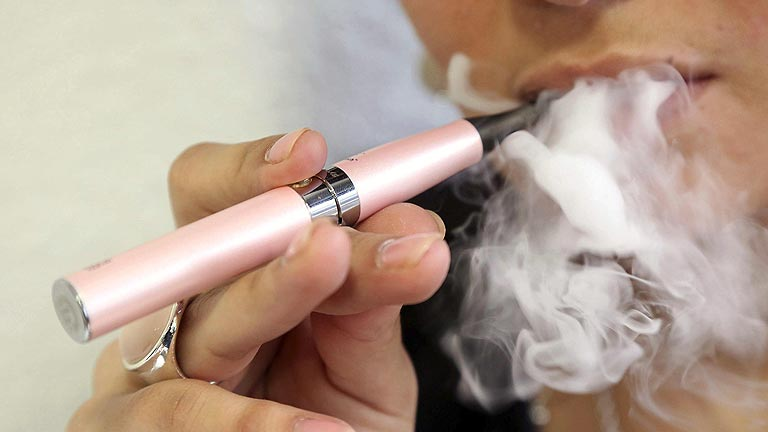 Sanidad prohíbe el uso de cigarrillos electrónicos en colegios, hospitales y transporte público