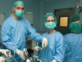 Ver vídeo  'Los cirujanos del Hospital de Bellvitge se ofrecen para operar gratis a los pacientes más graves'