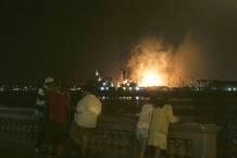 Ciudadanos observan las llamas tras la explosión de varios tanques de la de la refinería de petróleo de la empresa Caribbean Petroleum Corporation de Puerto Rico.