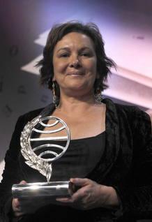 Clara Sánchez posa con el trofeo del premio Planeta 2013