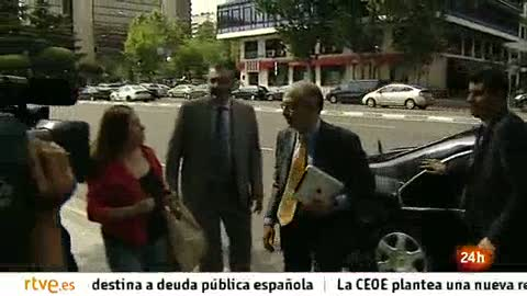 """Ver vídeo  'Una clienta de Bankia a Montoro: """"Llevo desde los 13 años trabajando, como me lo quiten, mato""""'"""