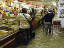 Clientes en una pasteler&iacute;a de Venecia inundada