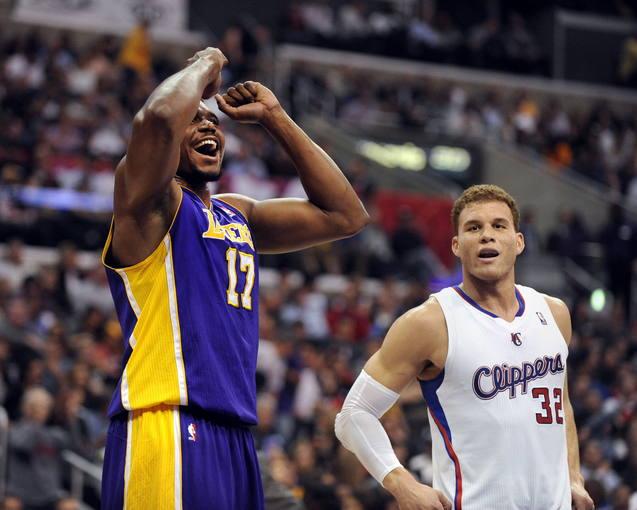 El jugador de los Lakers Andrew Bynum (i) reacciona junto a Blake Griffin de los Clippers