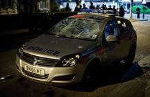 El brote de violencia en Enfield ha causado destrozos en un coche de policía.