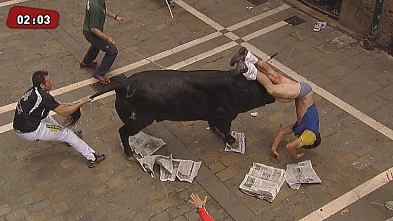 Cogida de un mozo en la calle Estafeta en el sexto encierro de San Fermín 2013