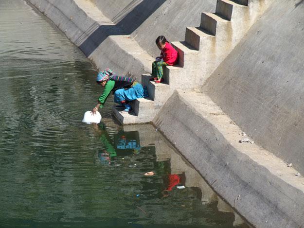 Cogiendo agua en el depósito de Meo vac, en Vietnam