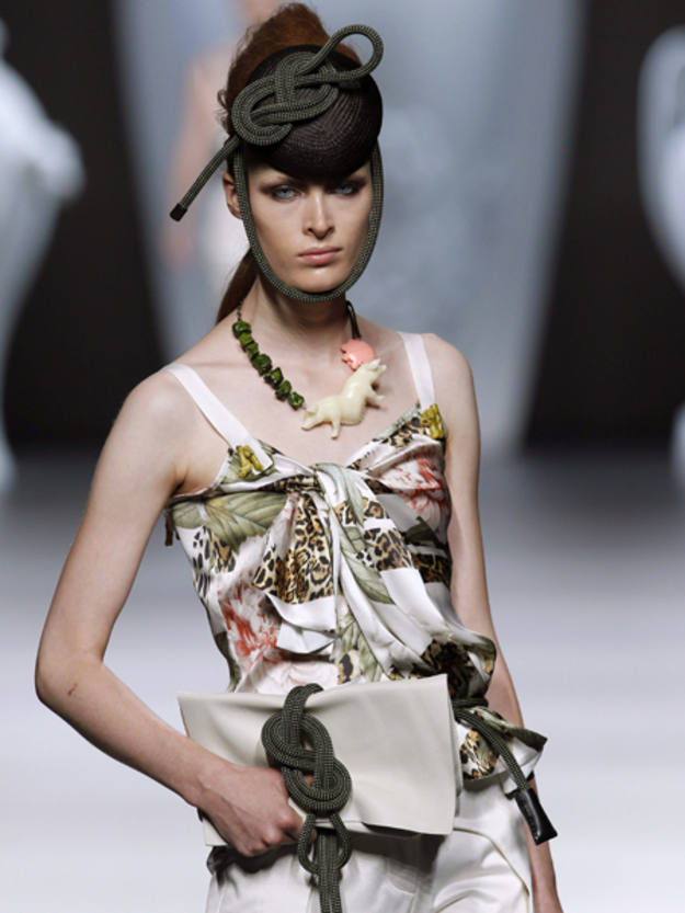 Collares formados por particulares animales en resina de poliéster y piedras de colar teñidas en verde musgo, azul turquesa y blanco roto