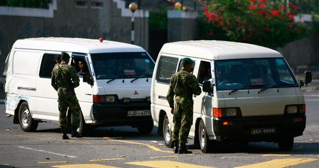 La polic a de sri lanka asalta la oficina del opositor fonseka - Oficina del policia ...