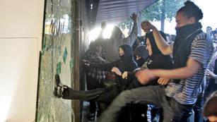 Ver vídeo  'Comercios y contenedores quemados por grupos radicales en Barcelona'
