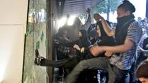 Ir al VideoComercios y contenedores quemados por grupos radicales en Barcelona