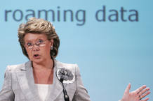 La comisaria europea de Telecomunicaciones, Viviane Reding, es favorable a bajar los precios de los distintos servicios de 'roaming'.